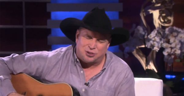 Garth Brooks Performs The 'Mom' Song And Moves The Room To Tears