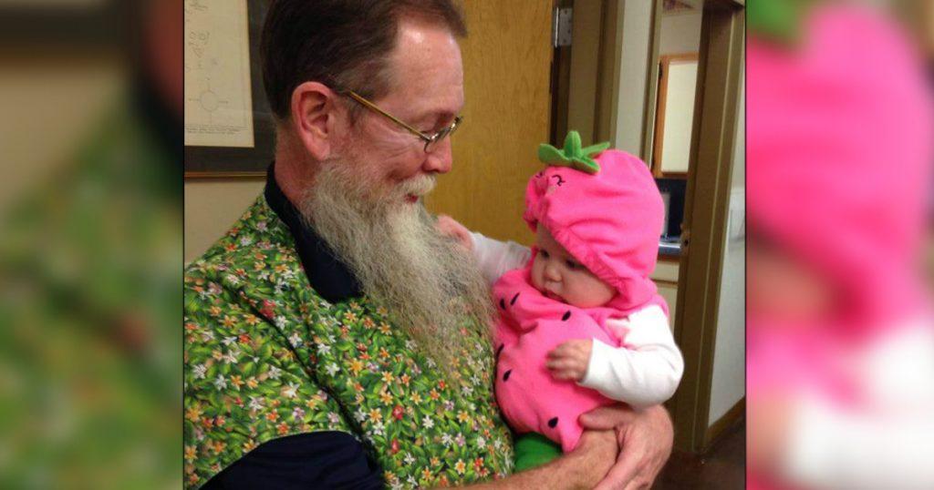 godupdates 15 Times Grandpas Were Caught Bonding With Their Grandkids 11