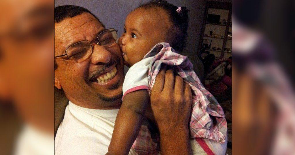 godupdates 15 Times Grandpas Were Caught Bonding With Their Grandkids 5