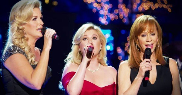 Kelly Clarkson, Trisha Yearwood, and Reba McEntire Sing 'Silent Night'