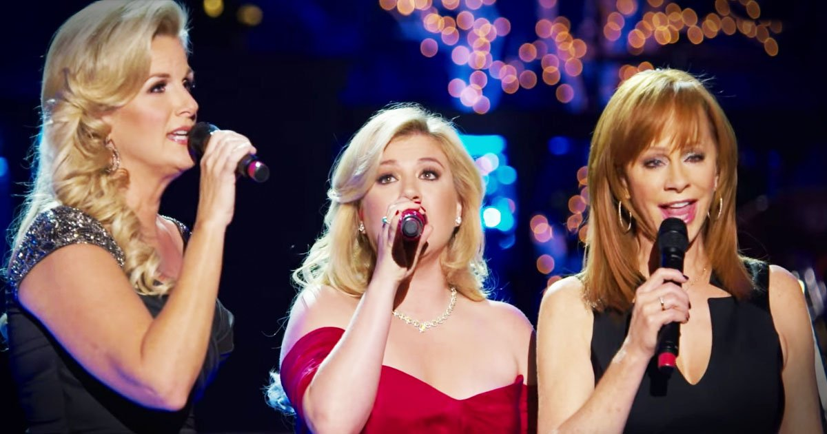 Kelly Clarkson, Trisha Yearwood, and Reba McEntire Sing 'Silent Night' _ god updates
