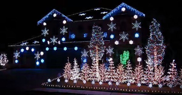 Amazing Christmas Light Show To 'What Child Is This?'