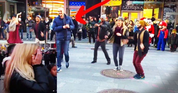 Man Surprises His Girlfriend With An Awesome Flash Mob Proposal in NYC