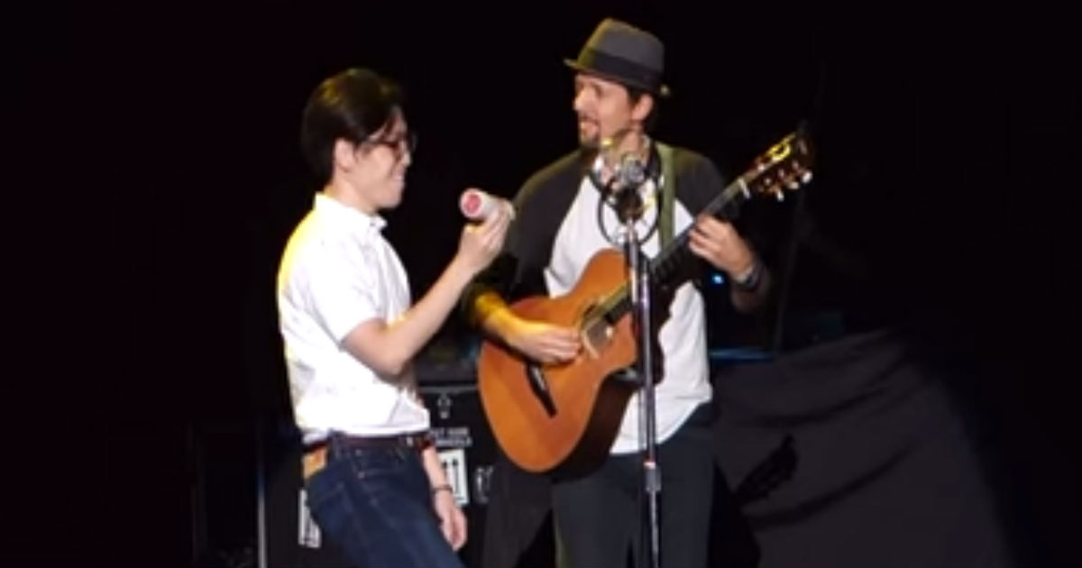 Jason Mraz Invites A Concert-goer Onto The Stage And Gets A Surprise _ god updates