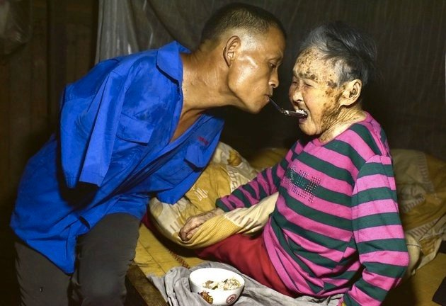 mj-godupdates-armless-farmer-cares-for-mom-3