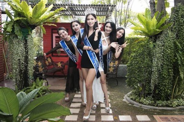 mj-godupdates-thailand-beauty-queen-kneels-to-mom-in-thanks-1