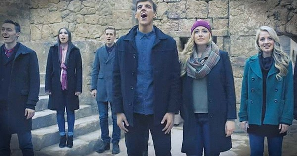 A Cappella Groups Vocal Point and Noteworthy Sing 'O, Come All Ye Faithful'