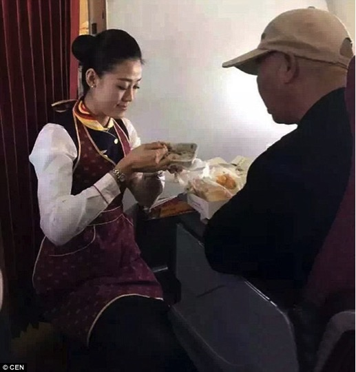 mj-godupdates-flight-attendant-helps-feed-man-struggling-to-feed-himself-1