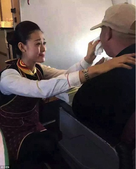 mj-godupdates-flight-attendant-helps-feed-man-struggling-to-feed-himself-4