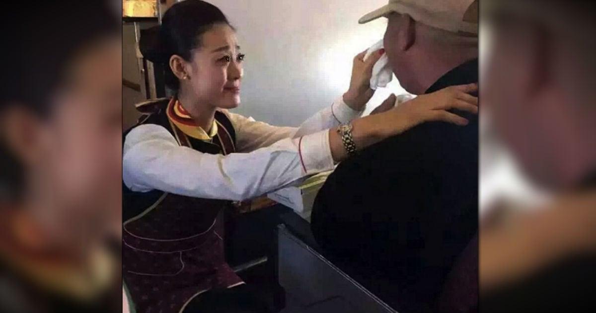 mj-godupdates-flight-attendant-helps-feed-man-struggling-to-feed-himself-fb