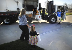 godupdates little girl surprises her favorite smiley garbage man with cupcake 4