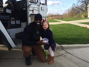 godupdates little girl surprises her favorite smiley garbage man with cupcake 5