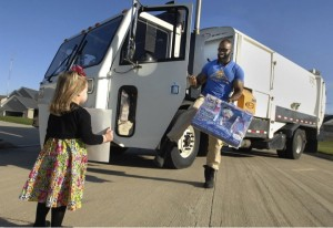 godupdates little girl surprises her favorite smiley garbage man with cupcake 7