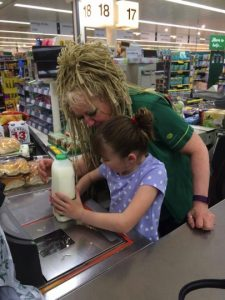 godupdates grocery store cashier calms girl with autism 2