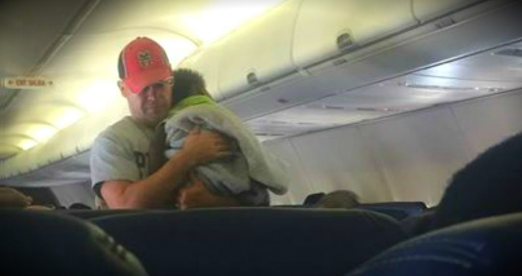 godupdates stranger on plane helps mom flying alone with crying baby fb