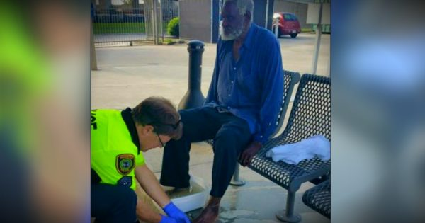 Powerful Photo Of A Police Officer Washing A Blind, Homeless Man's Feet
