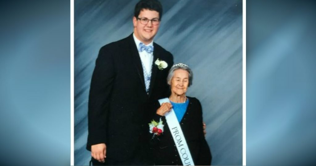 godupdates grandson made grandma his prom date after learning shes terminally ill 1
