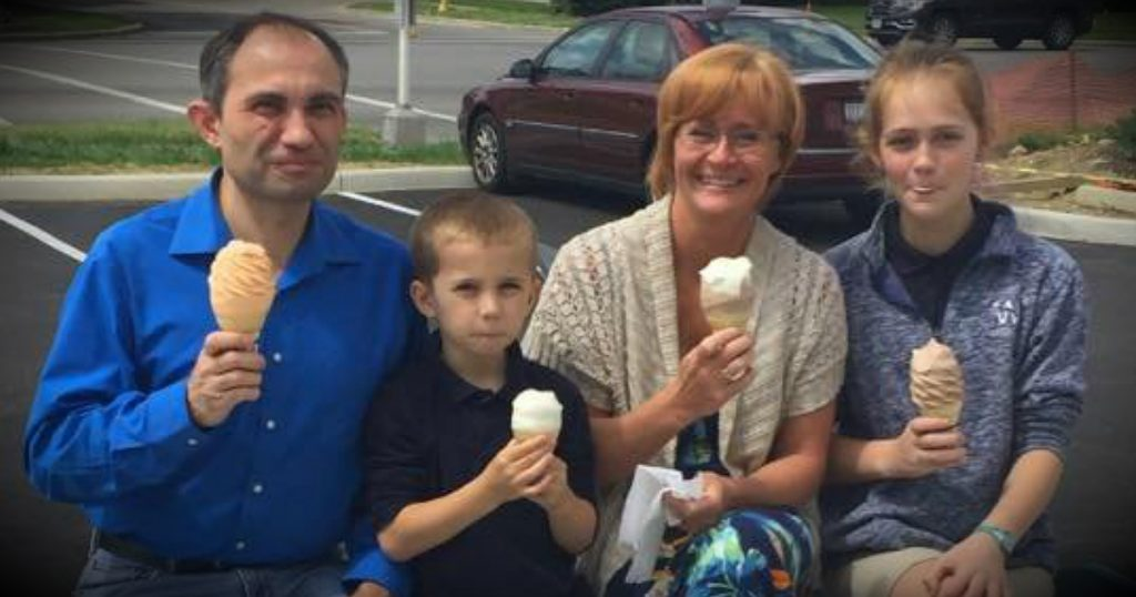 godupdates God Prompts Stranger To Snap Photo Of Family Eating Ice Cream fb
