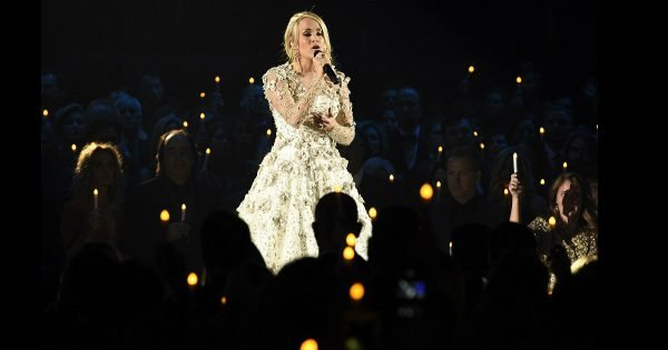 "Carrie Underwood Sings ""Softly And Tenderly"" In Honor Of Shooting Victims"