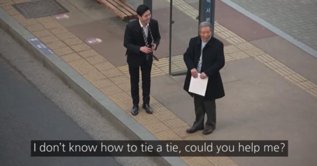 Social Experiment Shows People Help A Stranger Tie His Tie
