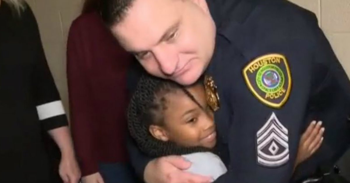 godupdates little girl hugs police officers
