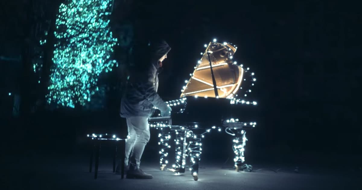Christmas Piano.Piano Beautifully Controls Over 500 000 Christmas Lights
