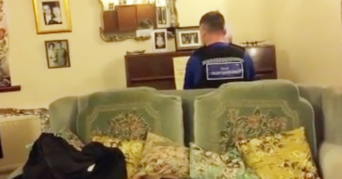 Police Officer Comforts Theft Victim With Incredible Piano Skills
