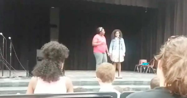 A Mom Stood By Her Daughter When She Got Stage Fright At Her School's Talent Show