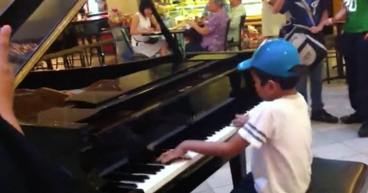 Child Prodigy's impromptu piano performance Stuns Shoppers