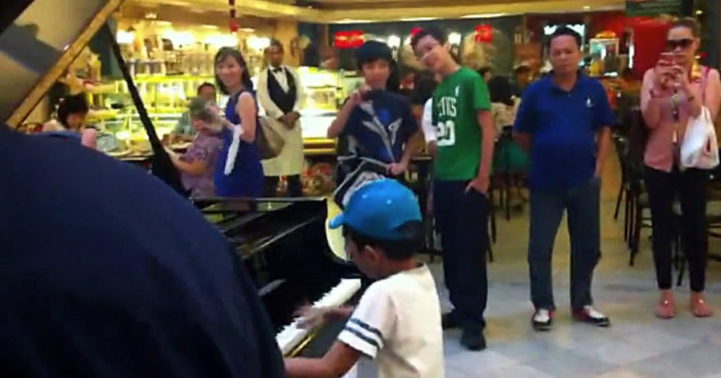 child prodigy's impromptu piano performance at mall 1