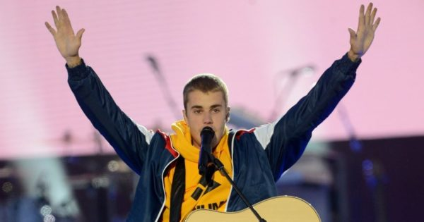 Justin Bieber Sings Worship Songs on London Street
