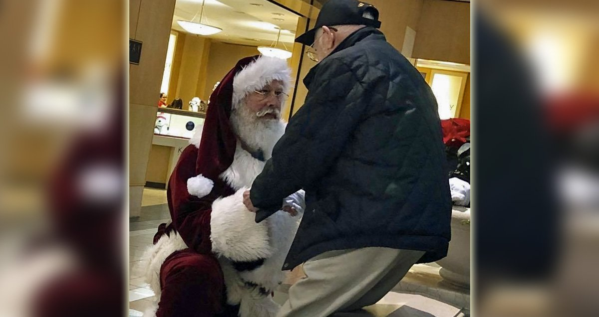 A Veterans Christmas.Mall Santa Thanked A Veteran By Taking A Knee The Photo