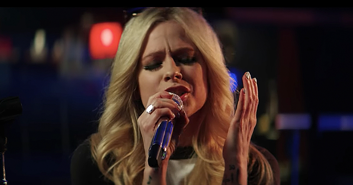 Avril Lavigne performs 'head above water' live