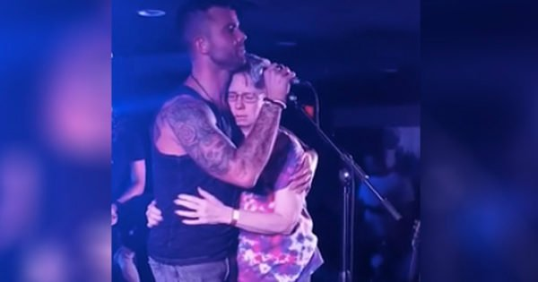 Song For Mom With Alzheimer's Goes Viral: Country Artist Holds Mother As He Sings