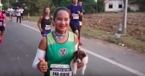 Woman Stops to Rescue Stray Dog During Marathon and Finishes Race with Pup