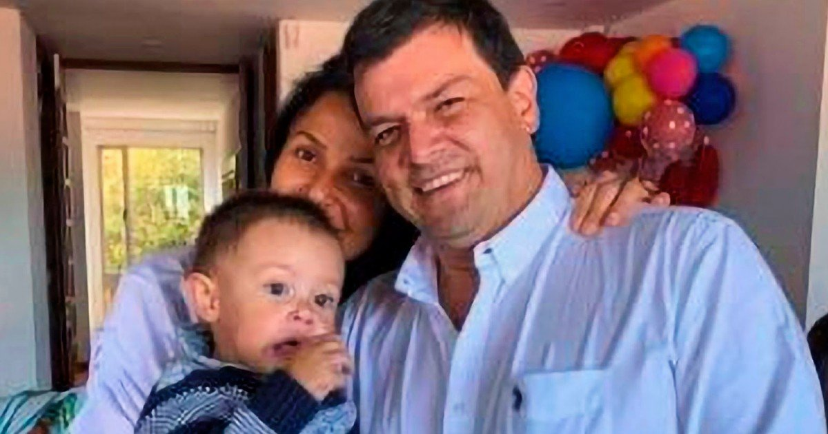 mom protects baby plane crash in colombia