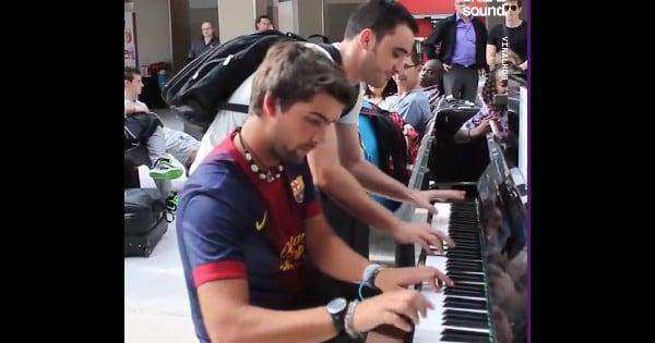 piano duet at paris train station