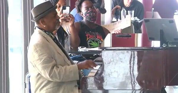 piano player at airport